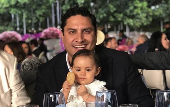 ¡Julión Álvarez bautiza a María!